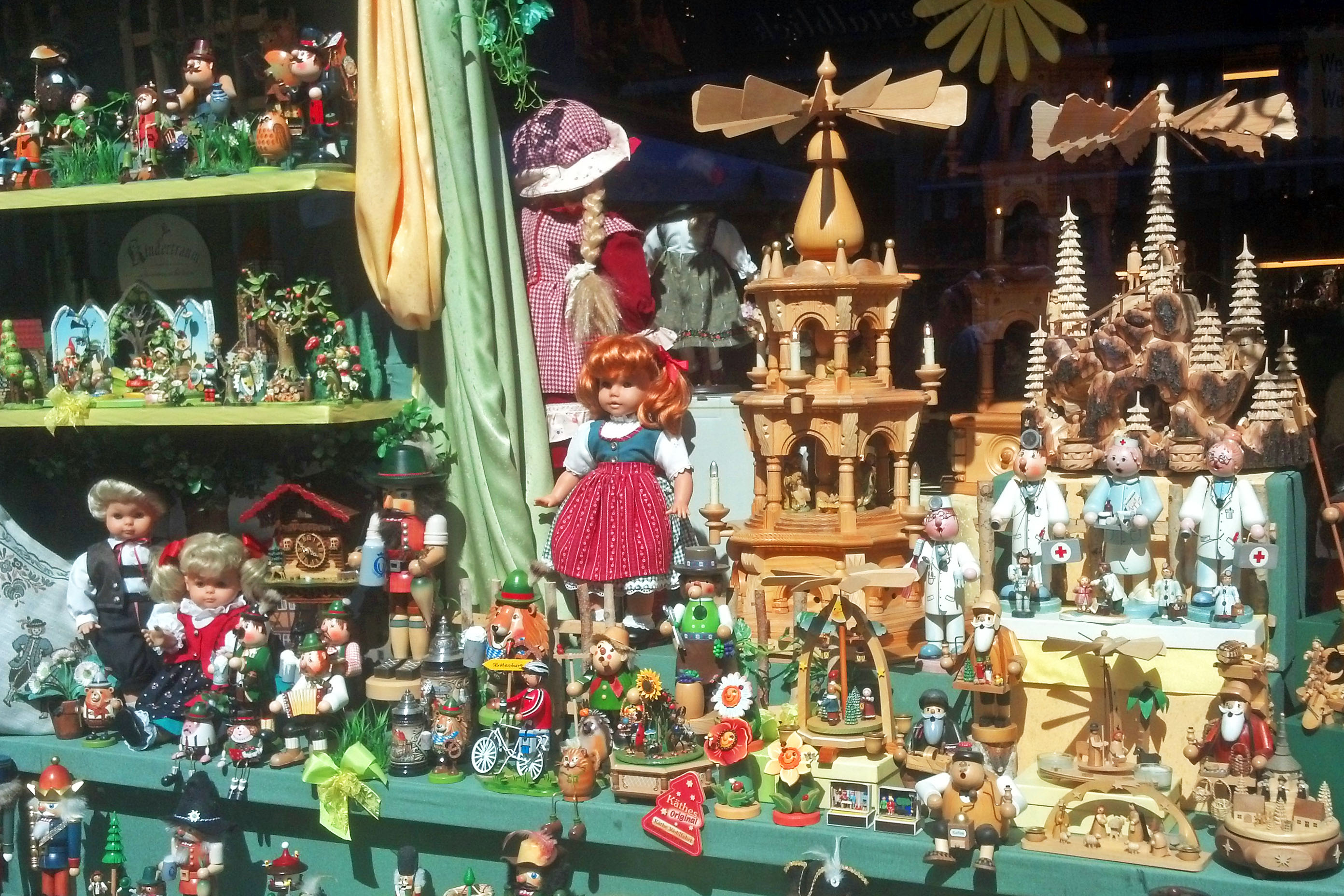 A Rothenburg store window full of collectables.