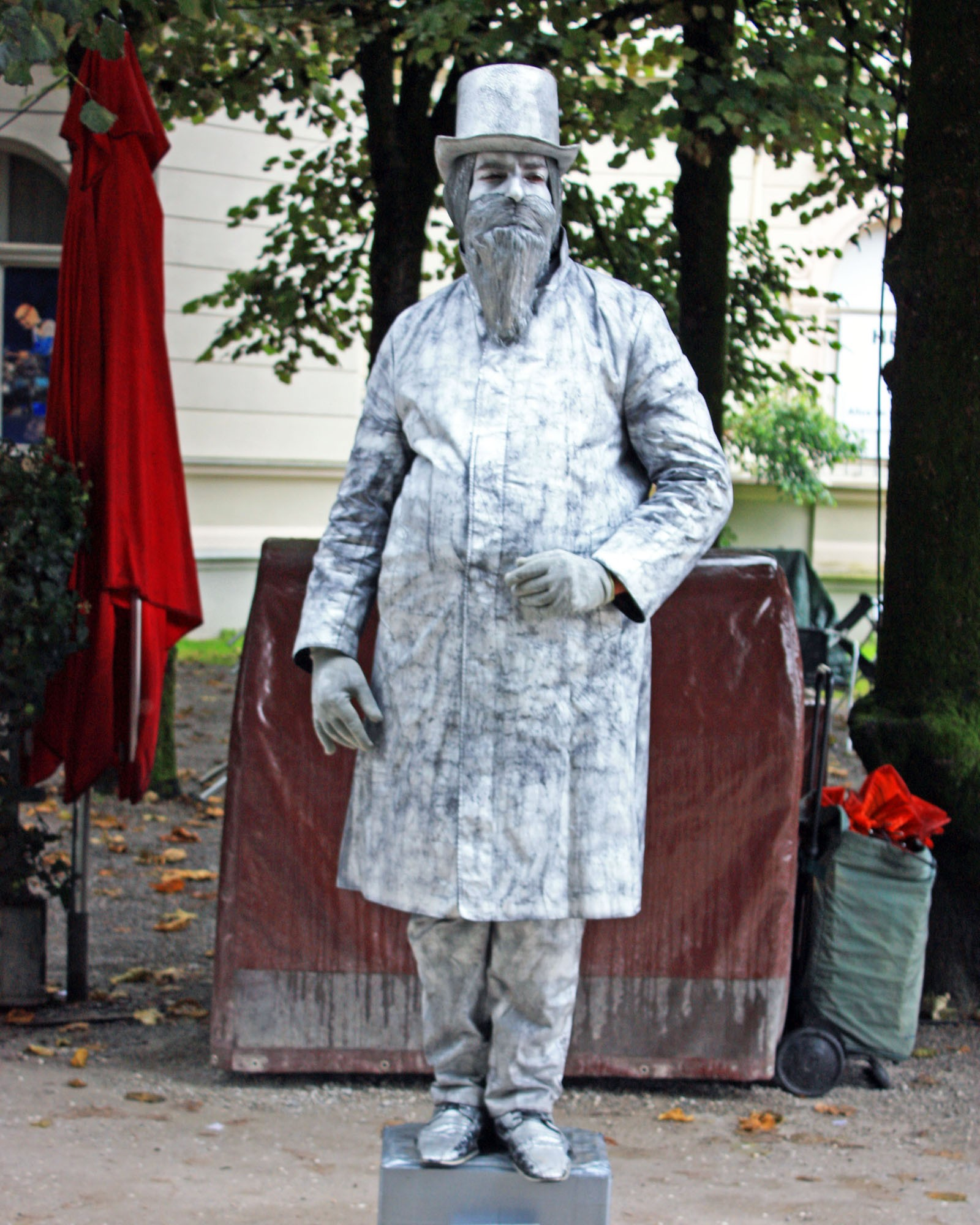 A mime in Mirabell Gardens.